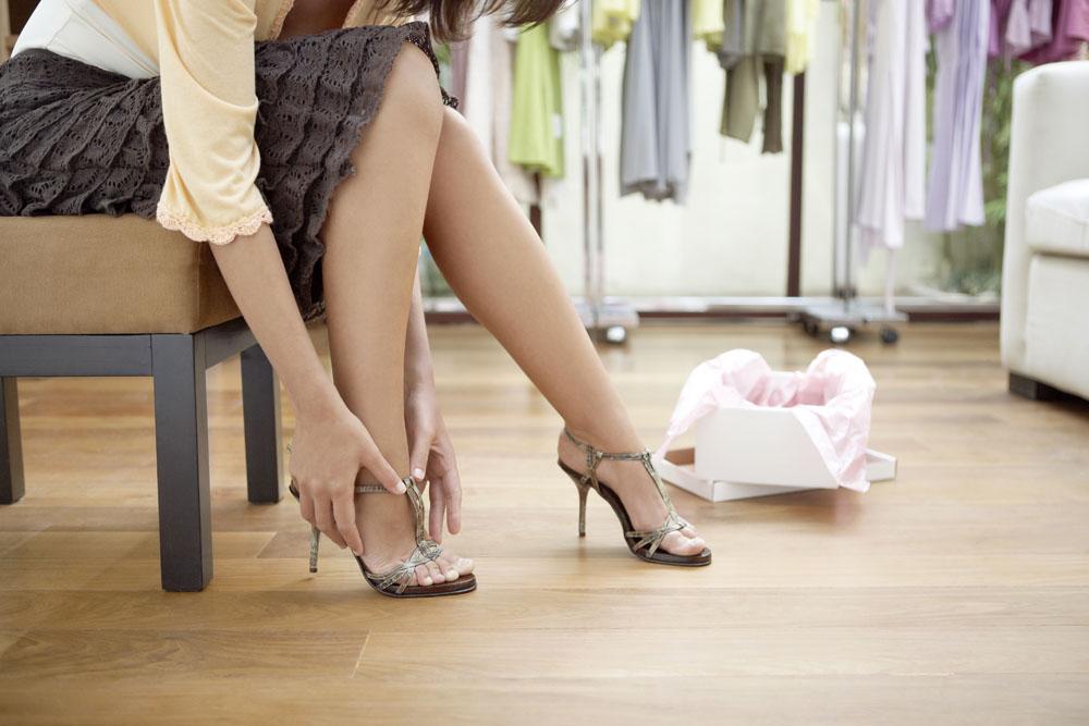 干女人bi图片_在试夏日高跟鞋的女人