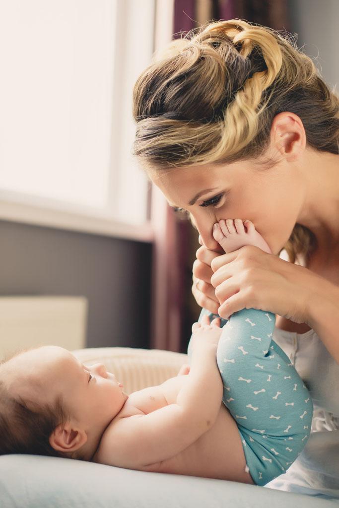 美女视屏一件全部不留与男生亲热_亲吻宝宝脚的美女妈妈图片