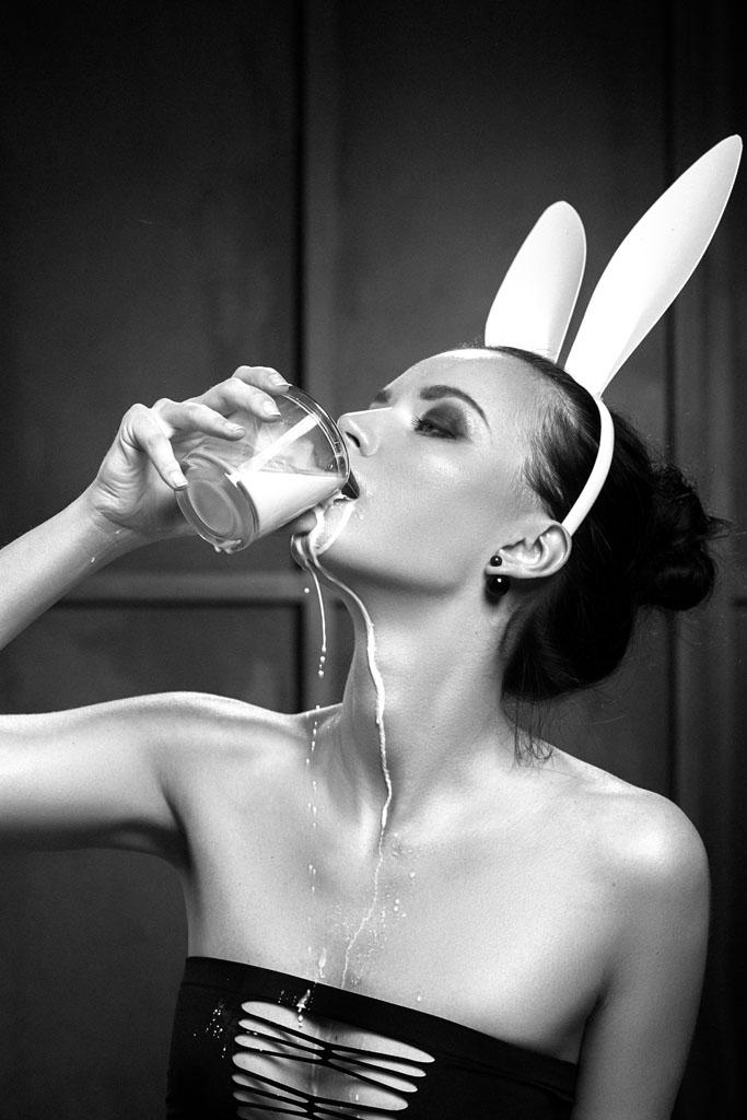牛奶泼身女郎下载_喝牛奶的兔女郎美女图片素材下载(图片id:611409)